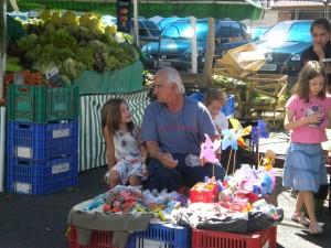 Amiga e seu amigo da feira, o senhor simpático que vende estalinhos e outras bugigangas...